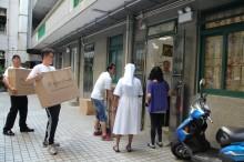 ... 队亲力亲为,协助运送逾800份爱心月饼到社服机构